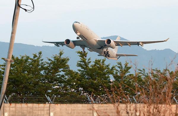 지난 2일 미국이 제공하는 얀센 백신을 수송하는 공군 공중급유수송기(KC-330)가 부산 김해공군기지에서 이륙해 미국으로 향하고 있다.