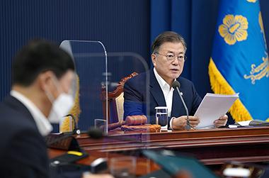문재인 대통령이 8일 오전 청와대 여민1관 3층 영상회의실에서 제24회 국무회의를 주재하고 있다.
