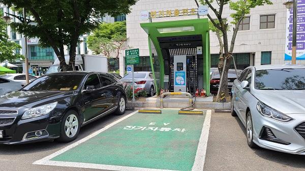 대구시 달서구청과 서구청 주차장에는 전기자동차 충전소가 설치되어 있다.