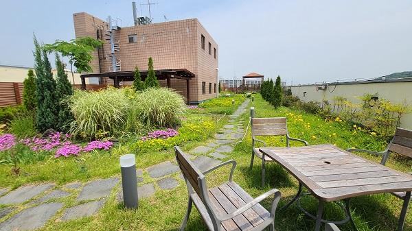 옥상공원은 꽃과 초록의 풀로 미적으로도 아름다운 휴식공간을 제공한다.