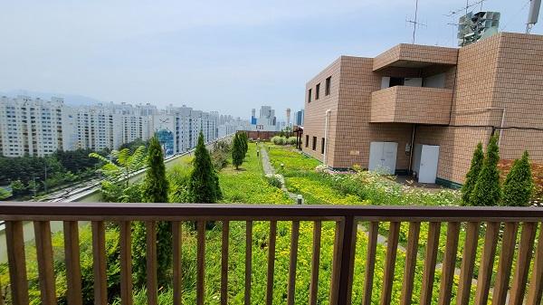 달서구 아파트 단지가 내려다보이는 옥상 정원에 정자가 있어 직원 뿐 아니라 민원인도 이용가능하다.