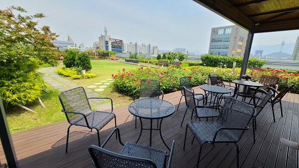 넓은 정원과 테이블이 있어 직원들의 만족도가 높을 것으로 기대하고, 민원인들의 쉼터로도 사랑받는 공간이다.