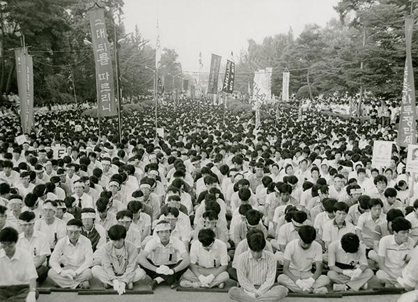 1987년 7월 이한열 열사 영결식에 모인 백양로 인파들.