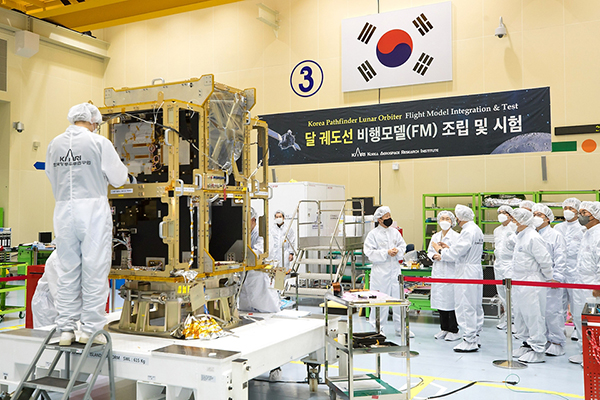 임혜숙 과학기술정보통신부 장관이 지난달 31일 대전에 위치한 한국항공우주연구원을 방문, 주요 위성 및 달궤도선(KPLO) 부분품 조립 시험시설 설명을 듣고 있다.(사진=과학기술정보통신부)