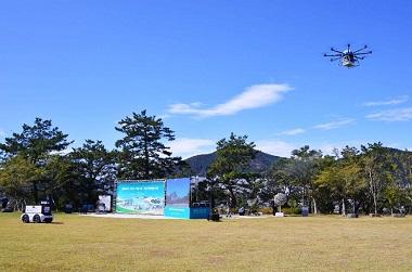 지난해 12월 13일 전남 여수시 장도 잔디광장에서 열린 드론·로봇 언택트 배송서비스 시연회 모습.