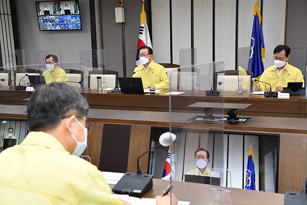 김부겸 국무총리가 9일 정부세종청사에서 열린 코로나19 중대본 회의에서 발언하고 있다.