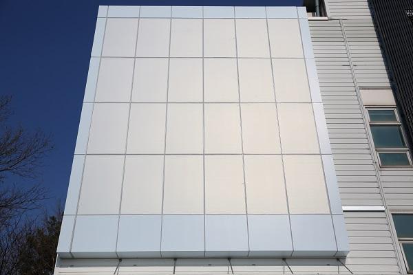 유색(하얀색) 태양광 패널인 솔라스킨이 적용된 비주거용건물.
