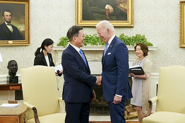 문재인 대통령이 지난달 21일 오후(현지시간) 백악관 오벌오피스에서 열린 소인수 회담에서 조 바이든 미국 대통령과 대화하고 있다. (사진=청와대)