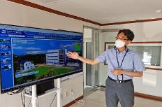 김종규 에너지기술연 책임연구원이 도시형 신재생에너지 기반 플러스에너지 커뮤니티 통합모니터링 시스템을 설명하고 있다.