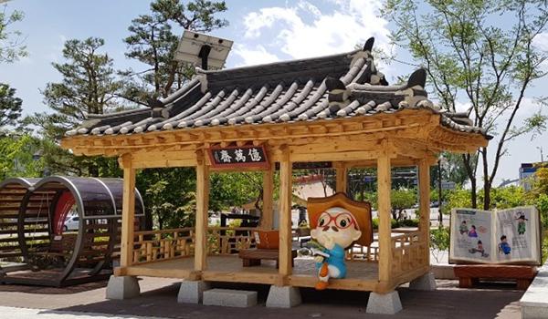 김득신이 만년에 서재로 지어 공부했던 '억만재'의 이름을 단 문학관 앞 정자.
