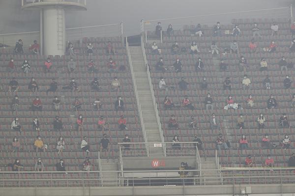 지난 5일 오후 고양종합운동장에서 열린 카타르 월드컵 2차 예선 대한민국 대 투르크메니스탄 경기에서 관중들이 사회적 거리두기를 유지하며 관람하고 있다.