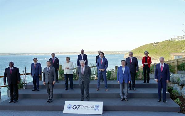 G7 정상회의 참석차 영국을 방문 중인 문재인 대통령이 12일(현지시간) 영국 콘월 카비스베이 양자회담장 앞에서 참가국 정상들과 기념사진을 촬영하고 있다. 앞줄 왼쪽부터 남아공 시릴 라마포사 대통령, 프랑스 에마뉘엘 마크롱 대통령, 영국 보리스 존슨 총리 , 문재인 대통령, 미국 조 바이든 미국 대통령. 두번째 줄 왼쪽부터 일본 스가 요시히데 총리, 독일 앙겔라 메르켈 총리, 캐나다 쥐스탱 트뤼도 총리, 호주 스콧 모리슨 총리. 세번째 줄 왼쪽부터 UN 안토니우 구테흐스 사무총장, 샤를 미셸 EU 정상회의 상임의장, 이탈리아 마리오 드라기 총리, 우르줄라 폰데어라이엔 EU 집행위원장. (사진=청와대)