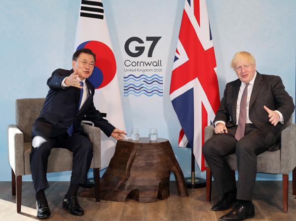 G7 정상회의 참석차 영국을 방문 중인 문재인 대통령이 13일(현지시간) 영국 콘월 카비스베이에서 열린 보리스 존슨 영국 총리와 양자회담에서 대화하고 있다. (사진=저작권자(c) 연합뉴스, 무단 전재-재배포 금지)