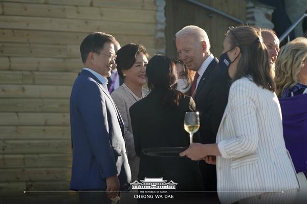 G7 정상회의가 열리고 있는 영국 콘월 카비스 베이 호텔 회담장에서 인사를 나누고 있는 문재인 대통령 내외와 조 바이든 미국 대통령.(출처=청와대 페이스북)