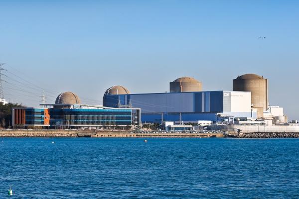오른쪽부터 차례대로 고리 1, 2, 3, 4호기이다. 가장 오른쪽에 위치한 원전이 현재 영구정지된 고리 1호기이다.