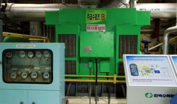 고리 1호기 내부의 주급수펌프와 설비들. 현재 사용 중지되어 각각 표식이 부착되어 있다.