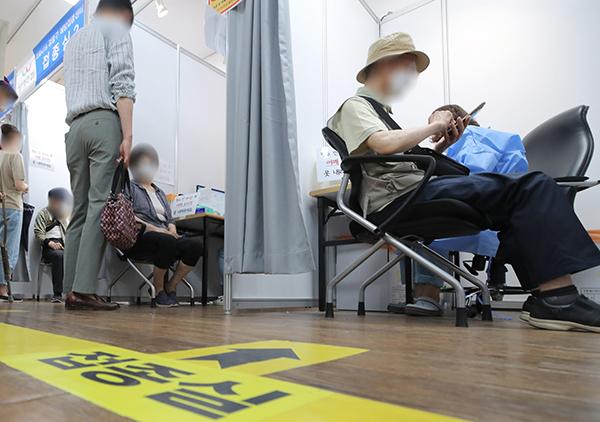 12일 오후 서울 강동구 예방접종센터에서 어르신들이 백신을 접종받고 있다.