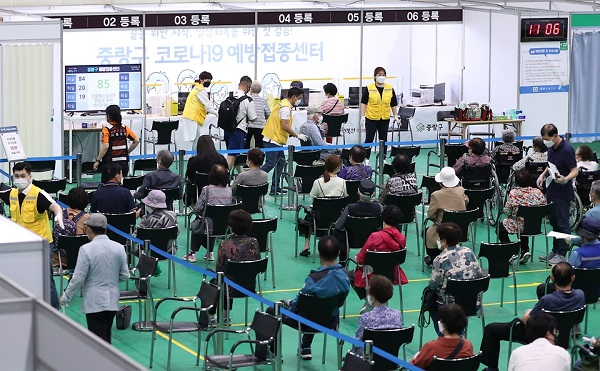 서울 중랑문화체육관에 마련된 코로나19 접종센터에서 화이자 백신 접종이 진행되고 있다.