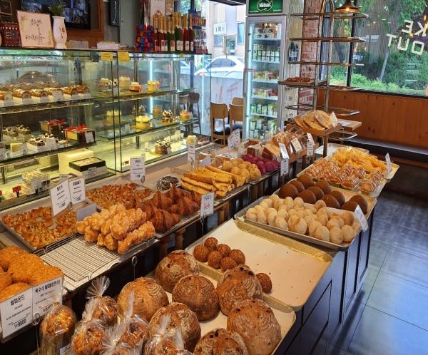 인천 서구 백년가게 빵집의 다양한 종류의 빵, 당일생산 당일판매가 원칙이다.