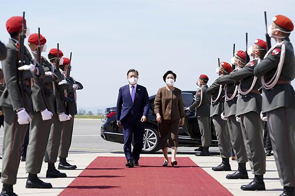오스트리아 국빈 방문을 마친 문재인 대통령과 김정숙 여사가 다음 순방국인 스페인으로 향하기 위해 15일(현지시간) 오스트리아 비엔나 국제공항에 도착해 공군1호기에 오르고 있다. (사진=청와대)