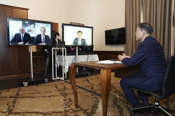 오스트리아를 국빈 방문 중인 문재인 대통령이 15일(현지시간) 오스트리아 비엔나 한 호텔에서 프란츠 베르나 하스 큐어백 대표와 화상면담을 하고 있다. 오른쪽 화면은 권덕철 보건복지부 장관. (사진=청와대)