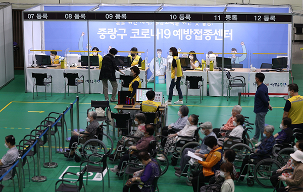 지난 11일 오전 서울 중랑문화체육관에 마련된 코로나19 접종센터에서 백신 접종이 진행되고 있다.