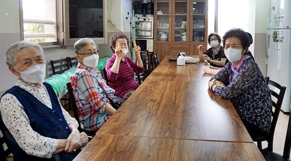 경로당에서 대화를 나누는 어르신들