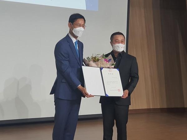 최정호 국립항공박물관장과 방송인 김병만