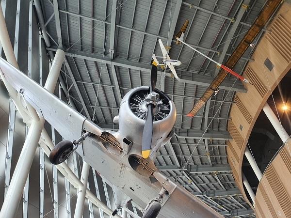 국립항공박물관 천장에 전시된 비행기