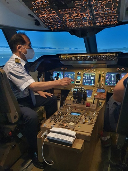 조종석에 앉아 활주로 이착륙 체험을 해볼 수 있는 조종관체험