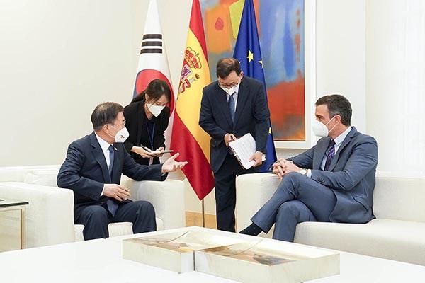 스페인을 국빈 방문 중인 문재인 대통령이 16일(현지시간) 스페인 마드리드 몬클로아 총리궁에서 열린 총리와의 회담 및 협정 서명식에 참석, 페드로 산체스 총리와 환담하고 있다. (사진=청와대)