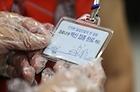 17일 오전 서울 영등포구 영등포아트홀에 마련된 코로나19 예방접종센터에서 한 어르신이 백신 접종 완료 카드를 보고 있다.