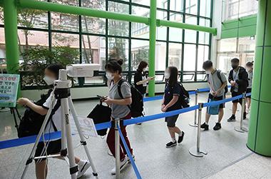 수도권 중학교의 등교수업이 확대된 지난 14일 오전 경기도 수원시 권선구 화홍중학교에서 학생들이 등교하고 있다.