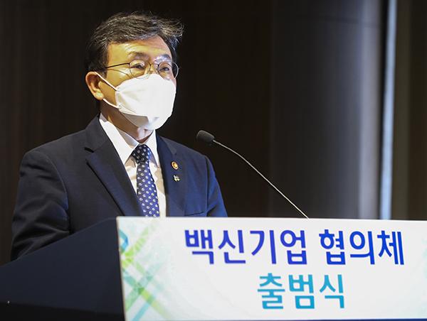 권덕철 복지부 장관이 글로벌 백신 허브 도약을 위한 백신기업 협의체 출범식에서 축사를 하고 있다.