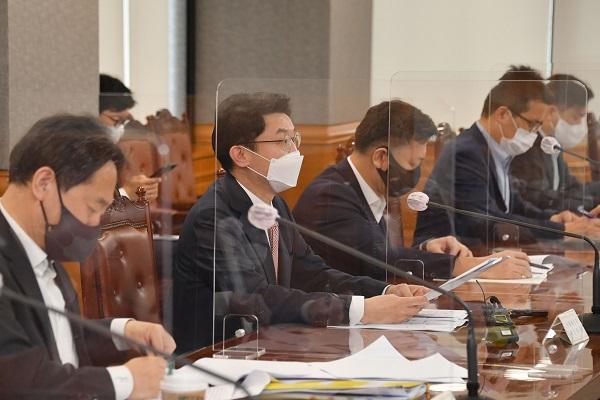 이억원 기획재정부 차관이 17일 서울 중구 은행회관에서 열린 '거시경제 금융회의'를 주재, 모두발언을 하고 있다. (사진=기획재정부)