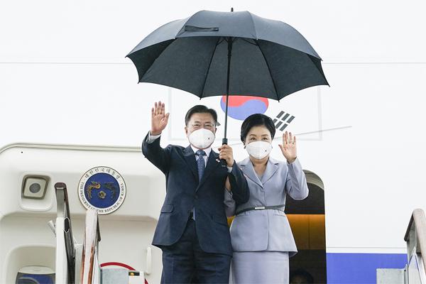 영국 G7 정상회의와 오스트리아, 스페인 국빈 방문을 마친 문재인 대통령과 김정숙 여사가 18일 서울공항에 도착해 손을 흔들며 인사하고 있다. (사진=청와대)