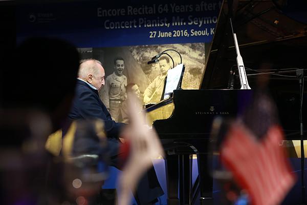 6·25 전쟁 당시 공연병으로 최전선에서 위문공연을 했던 세계적 피아니스트 세이모어 번스타인이 2016년 6월 서울 웨스틴조선호텔에서 열린 UN군 참전용사 위로연에서 공연하고 있다.