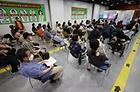 서울 영등포구 영등포아트홀에 마련된 코로나19 예방접종센터에 백신 접종을 마친 시민들이 이상 반응 확인 및 예방접종증명서를 받기 위해 대기하고 있다.