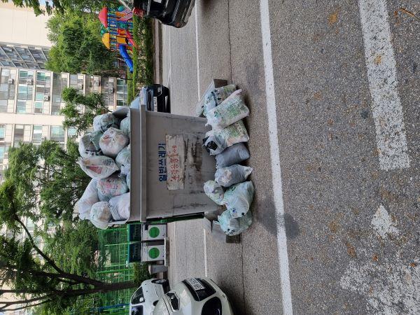 3일간의 반입 정지기간의 마지막 날, 쓰레기 수거함에 종량제 봉투가 가득 차있다. 반입 정지의 불편함을 느낄 수 있는 부분이다.