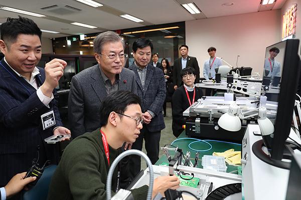 문재인 대통령이 지난 2019년 1월 3일 서울 중구 '메이커 스페이스(Maker Space)'를 찾아 관계자의 설명을 듣고 있다.(사진=청와대)