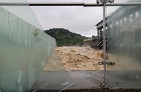 지난해 8월 풍수해로 경기도 연천군 군남홍수조절지 두루미테마파크에 설치된 유리 가림막이 파손돼있다.