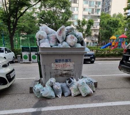 아파트 주변, 종량제 쓰레기 반입 정지에 대해 안내되고 있다.