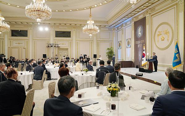 문재인 대통령이 24일 청와대에서 열린 국가유공자 및 보훈가족 초청 오찬 행사에서 인사말을 하고 있다. (사진=청와대)