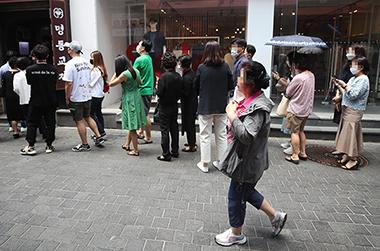 지난 21일 서울 명동의 한 음식점 앞에 시민들이 좁은 간격을 두고 입장을 기다리고 있다.