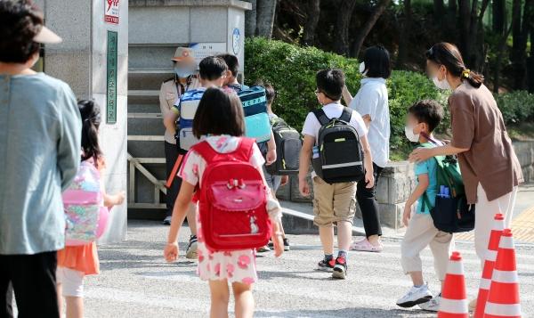 '2학기 전면 등교를 위한 단계적 이행방안'이 발표된 다음날인 21일 오전 서울 노원구 태랑초등학교에서 학생들이 등교를 하고 있다. 신종 코로나바이러스 감염증(코로나19) 대응을 위한 사회적 거리두기 개편에 따라 2학기부터 전국 주간 하루 평균 확진자가 1천명 미만인 거리두기 2단계까지 각급 학교 학생들은 매일 학교에 간다.(사진=저작권자(c) 뉴스1, 무단 전재-재배포 금지)