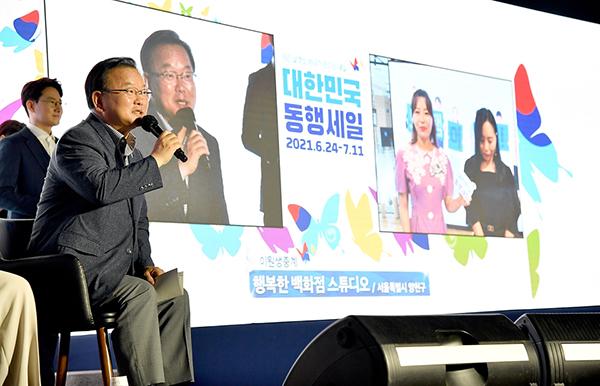김부겸 국무총리가 24일 종로구 세운상가에서 열린 대한민국 동행세일 개막식에 참석, 참석자들과 대화를 하고 있다.