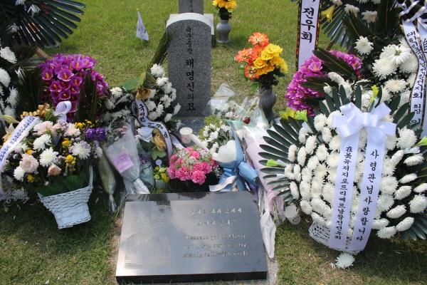 장병들과 같이 묻힌 채명신 장군의 묘소