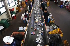 코로나19와 함께 급증한 비대면 소비로 재활용 폐기물이 넘쳐나는 가운데 4월 16일 오후 김포시 재활용수집소에서 직원들이 선별 작업을 하고 있다.(사진=저작권자(c) 연합뉴스, 무단 전재-재배포 금지)