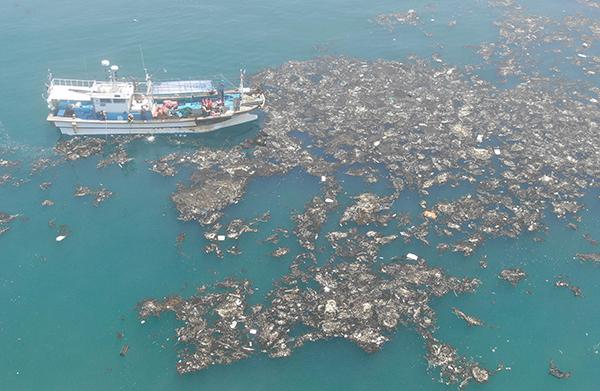 지난 2019년 서해 바다에서 한 어선이 수면 위로 떠오른 해양쓰레기를 수거하고 있다.(사진=저작권자(c) 연합뉴스, 무단 전재-재배포 금지)