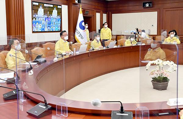 김부겸 국무총리가 29일 정부서울청사에서 열린 코로나19 중대본 회의를 주재하고 있다.
